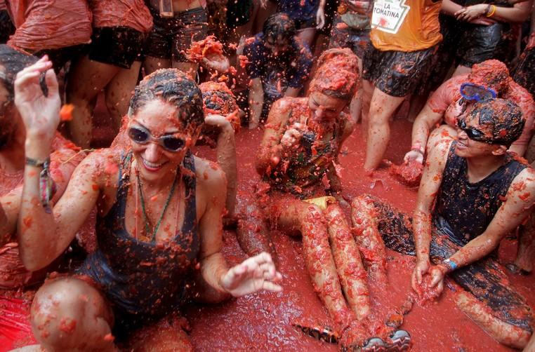 Milhares de pessoas participaram nesta quarta-feira (31) da tradicional 'guerra de tomates' (Foto: Heino Kalis/Reuters)