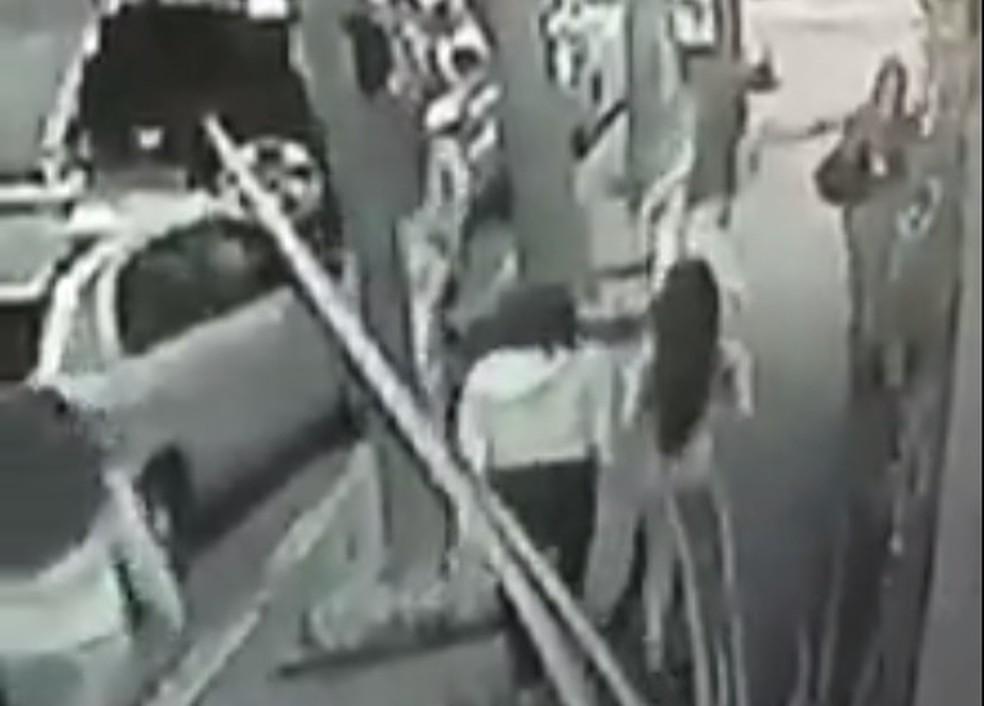 Integrante da gangue deu 'bote' e pegou celular de pedestre em Higienópolis (Foto: Reprodução)
