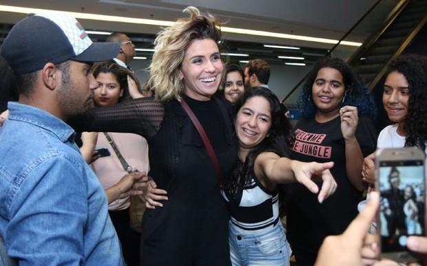 Giovanna Antonelli posa com fãs (Foto: Daniel Pinheiro/AgNews)