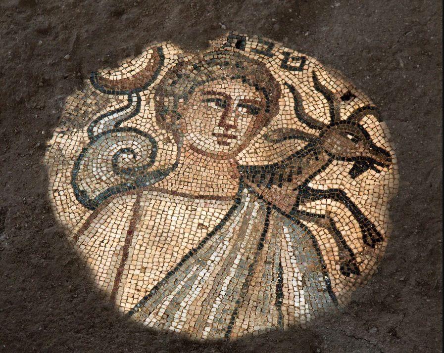 Um mosaico da sinagoga mostrando o mês hebraico de Tevet com o signo de Capricórnio.  (Foto: Jim Haberman)