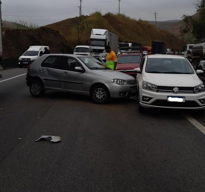 Motorista perde controle da direção e atinge outros dois carros na Via Dutra, em Barra Mansa