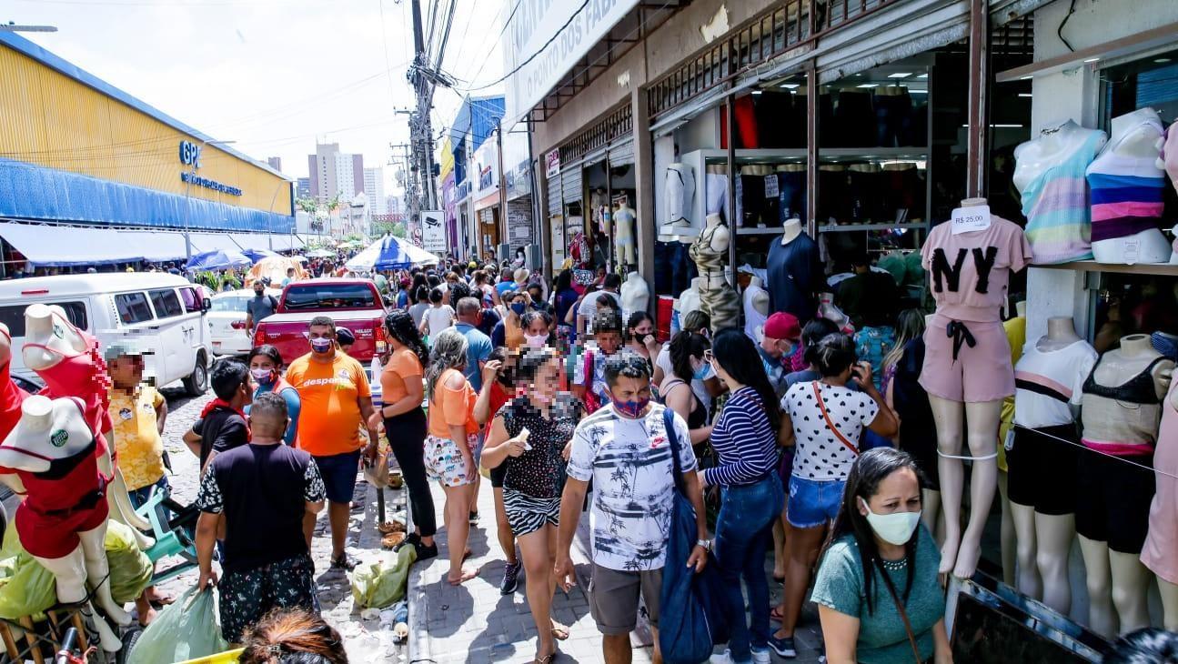 Aglomerações na feira da José Avelino são alerta diante de aumento de transmissão da Covid-19 no Ceará
