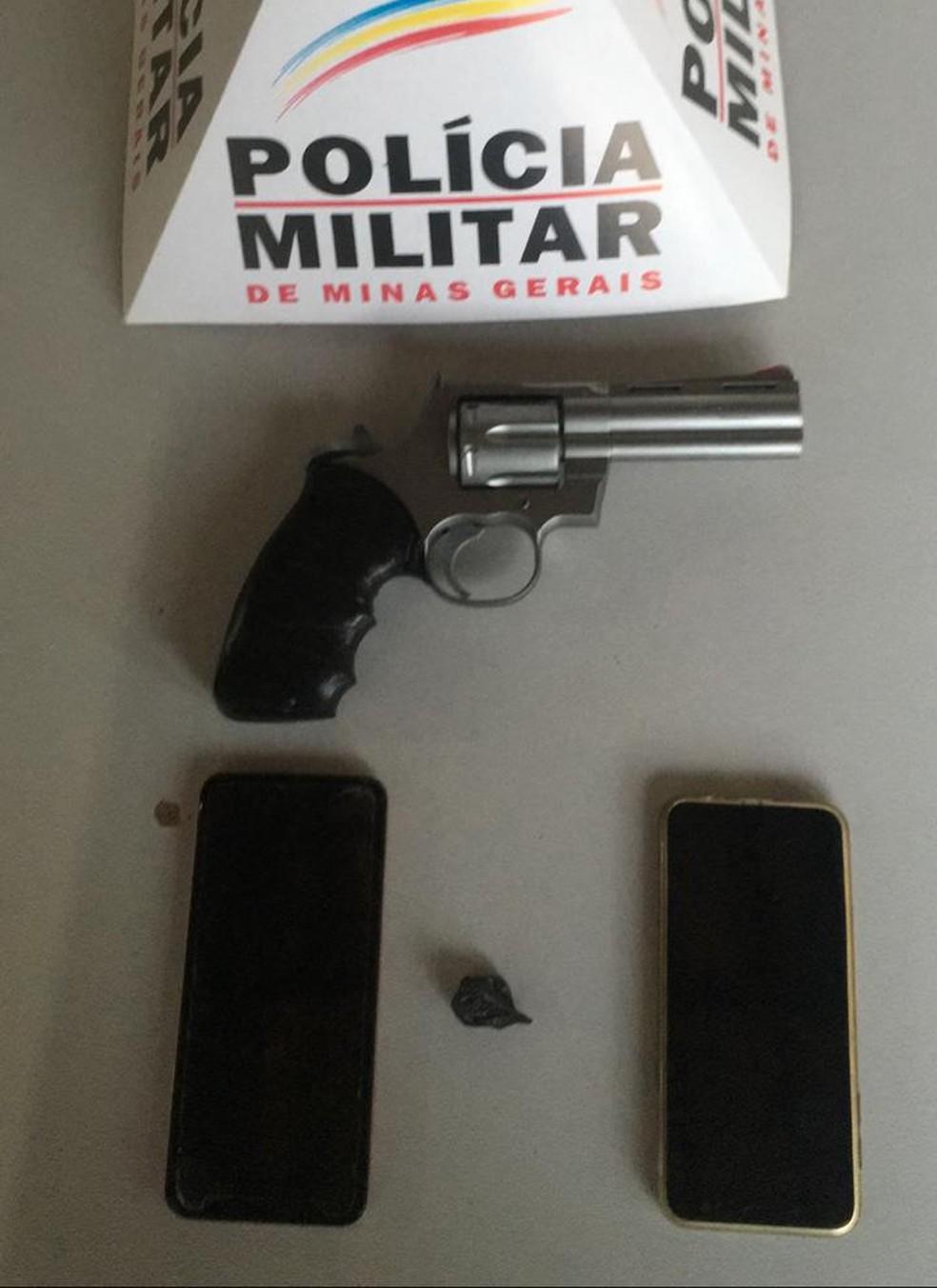 Foragido ameaçou PMs com um simulacro — Foto: Polícia Militar/ Divulgação