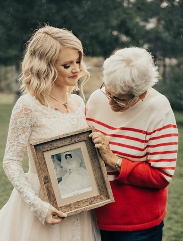 Noiva faz surpresa e escolhe vestido usado pela avó em 1962 (Foto: Kortney Peterson/Instagram/Reprodução)