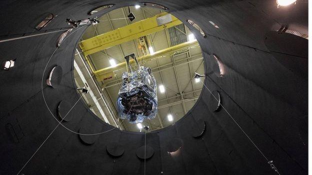A nave é colocada numa câmara de vácuo termal para simular as condições que enfrentará (Foto: NASA/JHUAPL/ED Whitman via BBC)