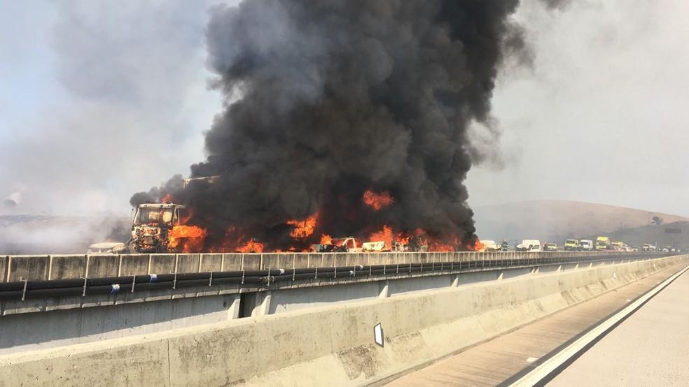 Acidente provoca incêndio em veículos e interdita Carvalho Pinto em Jacareí (Foto: Divulgação/ Corpo de Bombeiros)