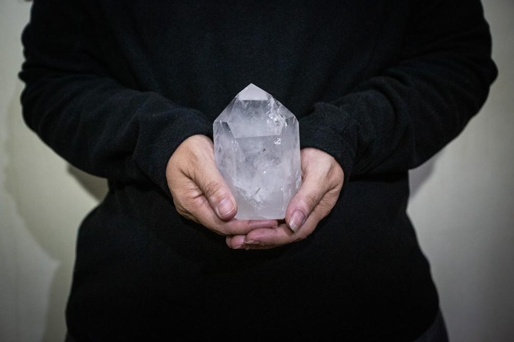 Mulher que diz ter sido abusada por João de Deus recebeu um cristal dele — Foto: Sérgio Fernandes/G1