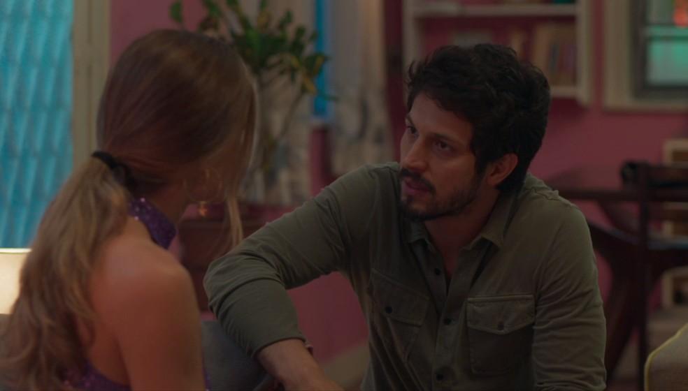 Marcos (Romulo Estrela) conta o que sabe para Paloma (Grazi Massafera) — Foto: Globo