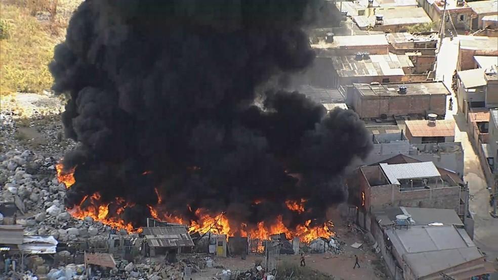Incêndio de grandes proporções atinge casas no bairro Morada Nova, em Contagem, na Grande BH. — Foto: Dudu Barbatti