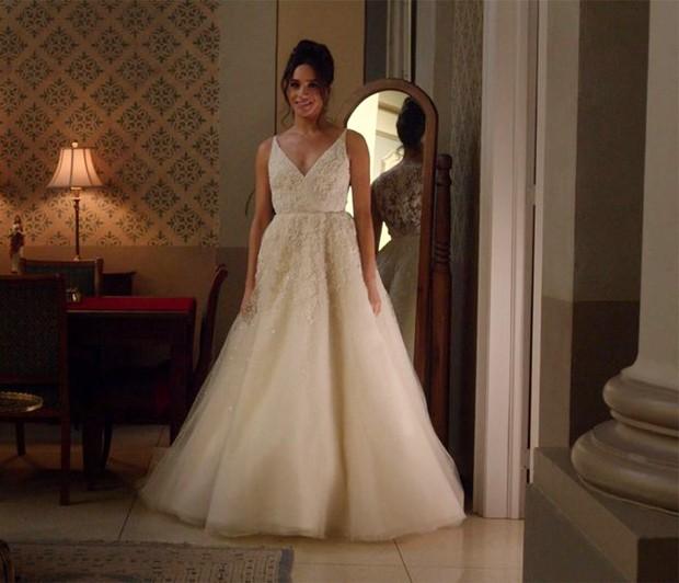 Meghan Markle já se vestiu de noiva: como a personagem Rachel Zane, de Suits, ela usou um vestido de Anne Barge (Foto: Reprodução/NBC)
