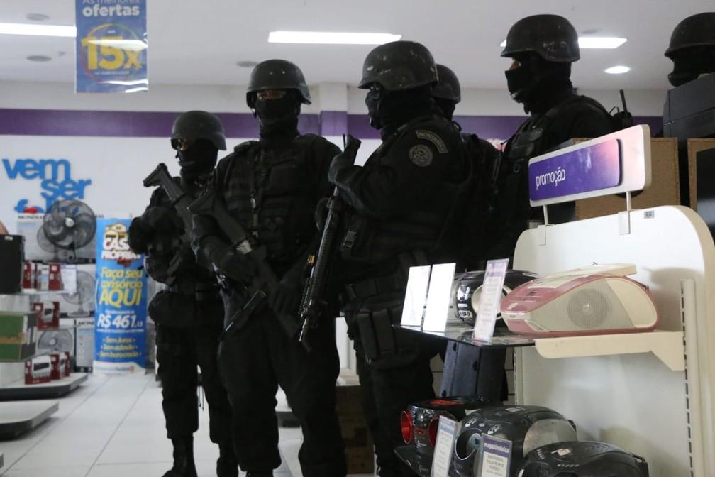 Policiais do Coe do Bope negociam para liberar reféns de dentro de loja em Lauro de Freitas — Foto: Alberto Maraux/ SSP-BA