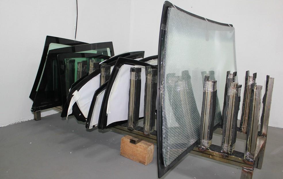 Vidros reforçados com o processo de blindagem — Foto: Adneison Severiano/G1 AM
