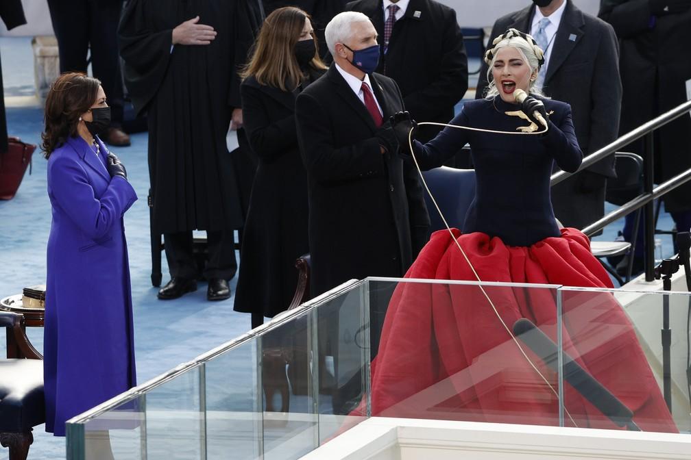 A cantora Lady Gaga canta o Hino Nacional dos EUA durante a posse de Joe Biden como 46º Presidente dos Estados Unidos na Frente Oeste do Capitólio dos EUA, em Washington, nesta quarta (20)  — Foto:  Brendan McDermid/Reuters