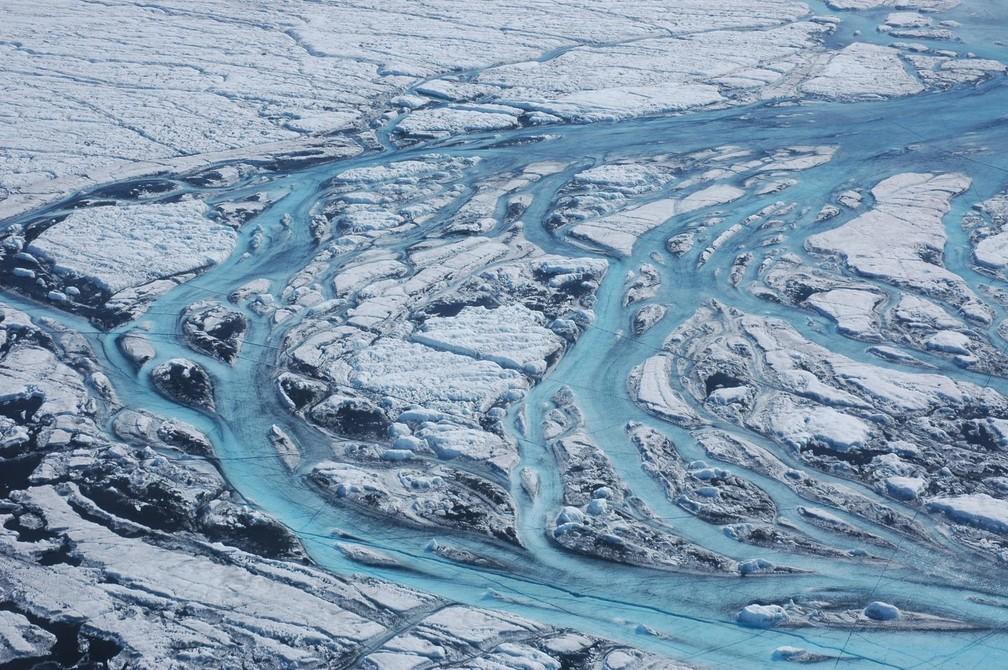 Grandes rios se formam na superfície da Groenlândia a cada verão, movendo rapidamente a água derretida da camada de gelo para o oceano. — Foto: Sarah Das, Woods Hole Oceanographic Institution