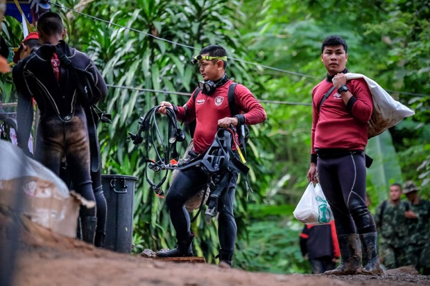 CHIANG RAI, THAILAND - JULY 3: Thai marine police walks out of Tham Luang Nang Non cave to continue the rescue operation after the 12 boys and their soccer coach have been found alive in the cave where they've been missing for over a week after monsoon ra (Foto: Getty Images)