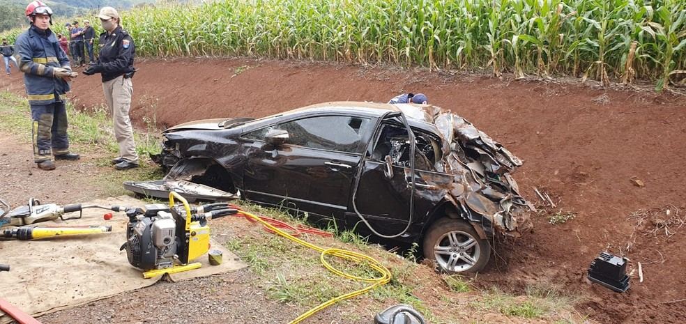 Acidente com carro matou dois ex-jogadores de futsal, em Francisco Beltrão, neste domingo (31) — Foto: Ivania Bonato/Diário da Informação