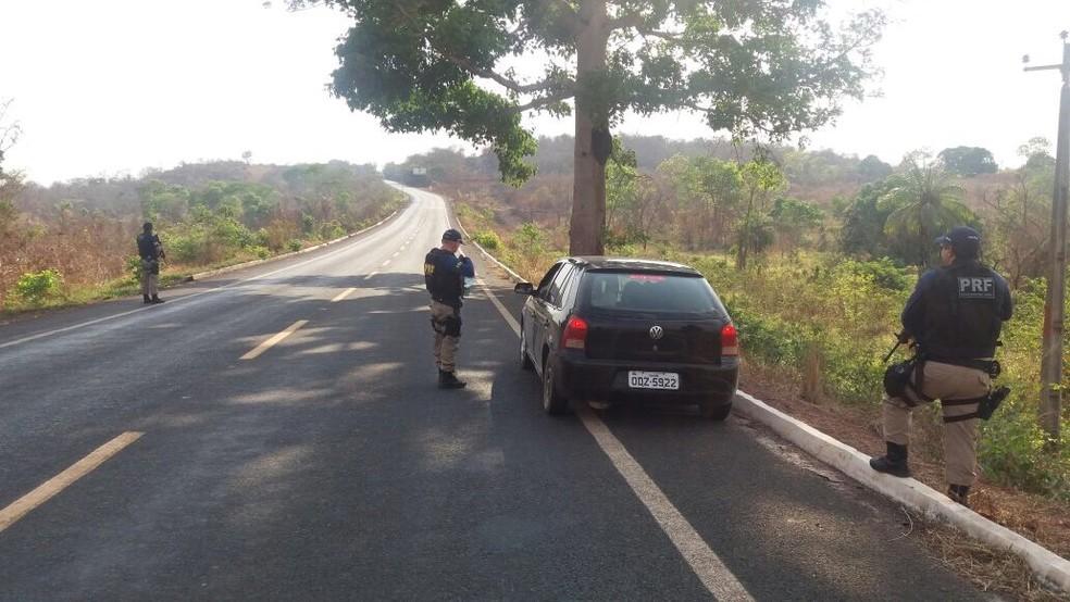 Policiais realizaram abordagens a veículos e pessoas suspeitas visando à busca dos envolvidos nos assaltos (Foto: Divulgação/Polícia Rodoviária Federal)