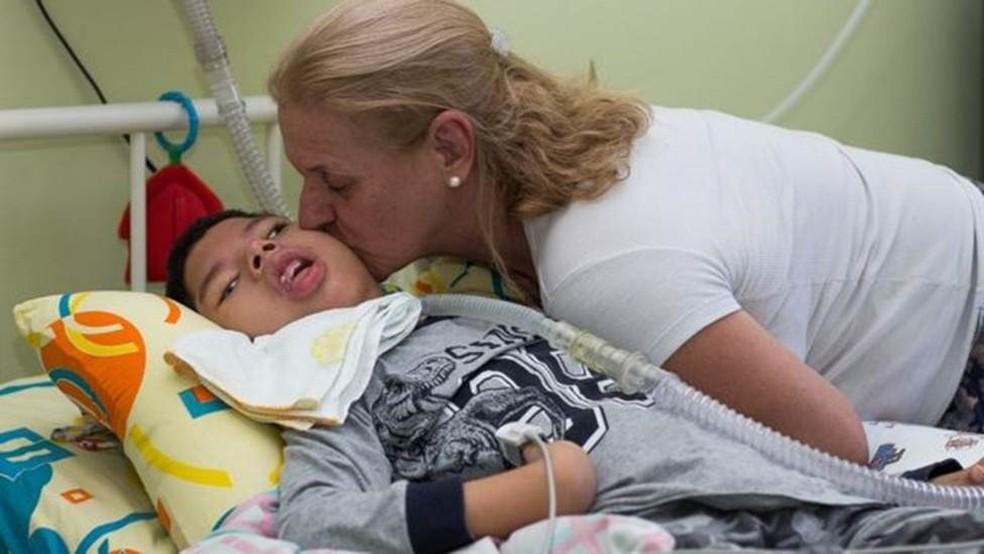 Solange, que tinha dois empregos, teve de deixar a função na empresa de home care, para se dedicar aos cuidados com a criança — Foto: Emanoele Daiane