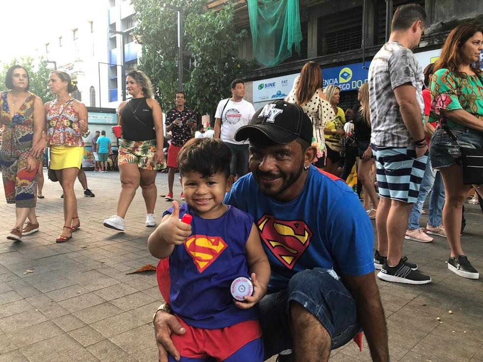 Eletrotécnico Ronaldo Costa e o filho, Artur, curtiram prévia no Bairro do Recife neste sábado (11) — Foto: Marina Meireles/G1