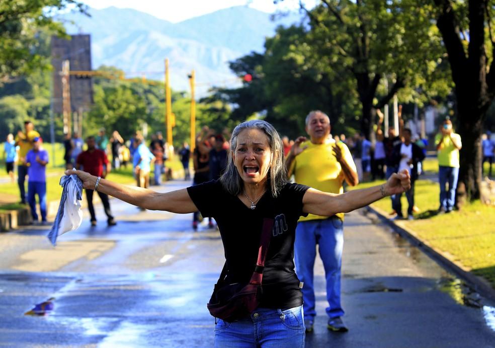 Manifestantes protestam contra o governo de Nicolas Maduro em frente a base militar em Valencia, na Venezuela (Foto: AP Photo/Juan Carlos Hernandez)