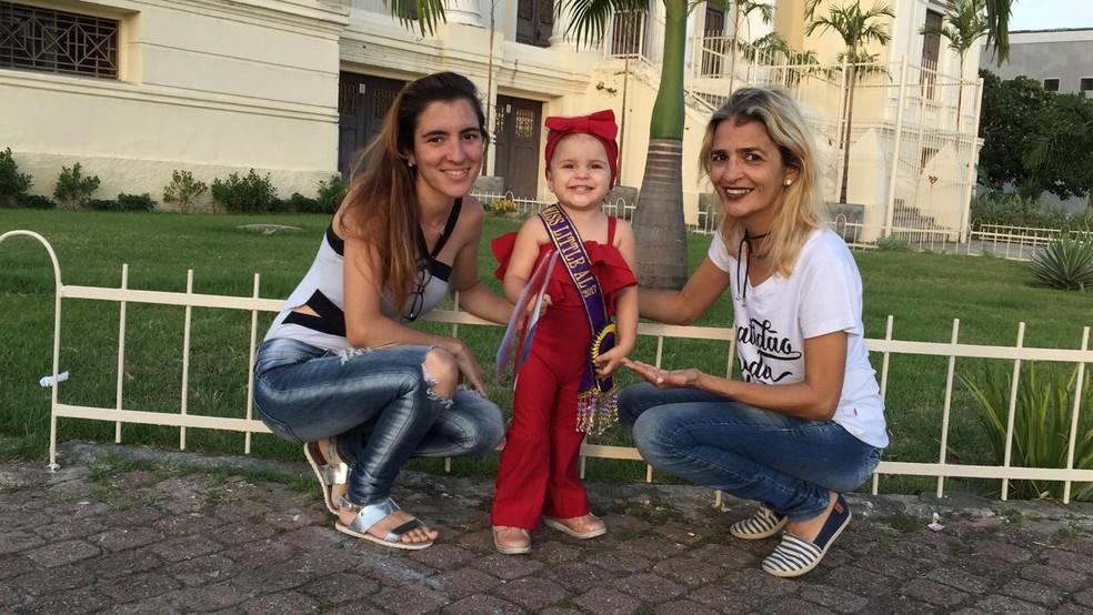 Dona Edjane Bandeira (à direita) foi ao desfile com a filha Laylany Bandeira e a neta Elia — Foto: Roberta Cólen/G1