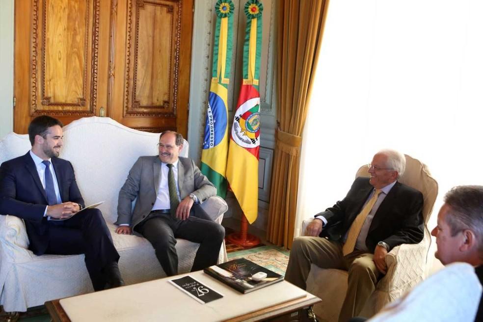 Leite e Sartori se reúnem no Palácio Piratini, em Porto Alegre, para transição de governo no Rio Grande do Sul — Foto: Luiz Chaves/Palácio Piratini