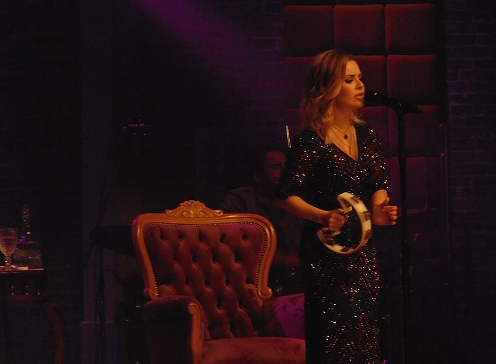 Sandy afaga o ego dos fãs no show 'Nós, Voz, Eles' — Foto: Mauro Ferreira / G1