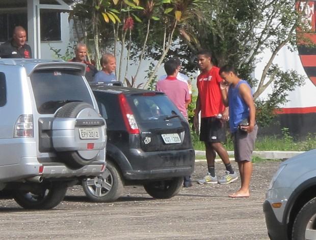 Depois de 30 minutos de treino, jogadores correm para curtir folga