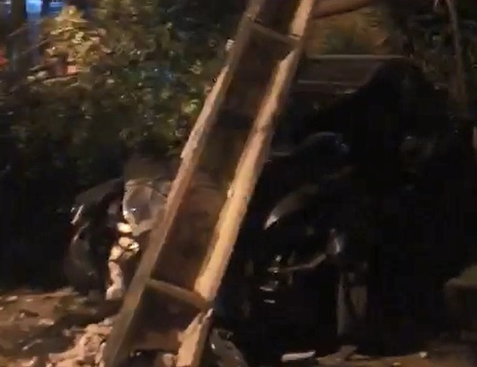 Carro colidiu contra poste durante perseguição policial na Zona Sul do Recife (Foto: Reprodução/WhatsApp)