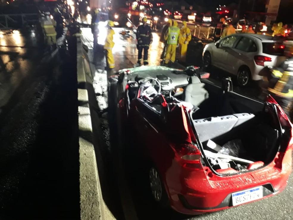 Carro precisou ser serrado para retirar vítimas — Foto: Pedro Rockenbach/NSC TV