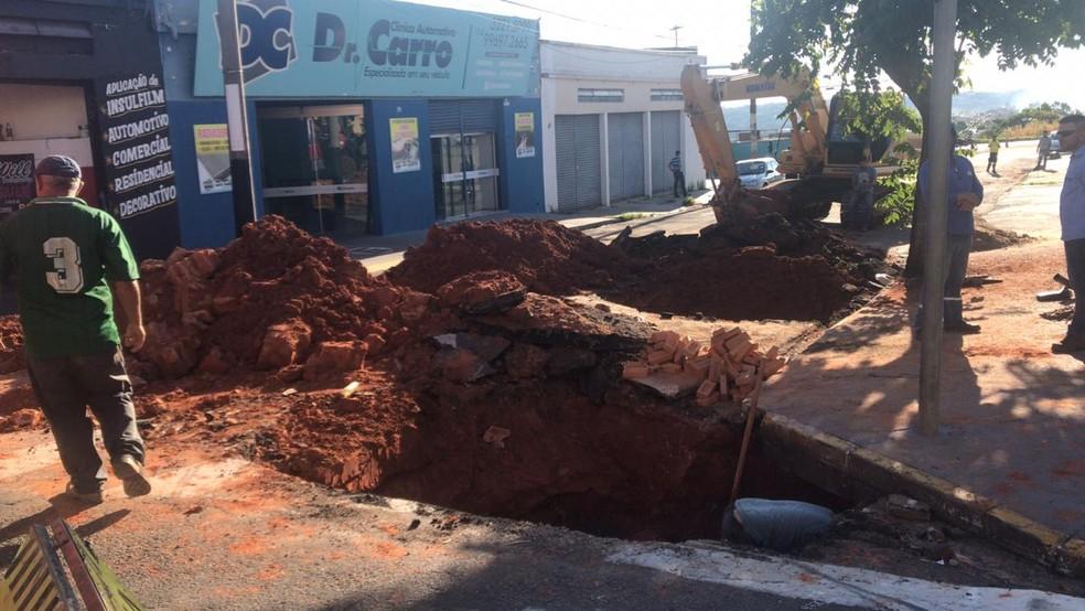 Funcionários realizaram uma obra quando teriam atingido o duto, onde passa o gás; local precisou ser interditado — Foto: Ana Levorato/TV TEM