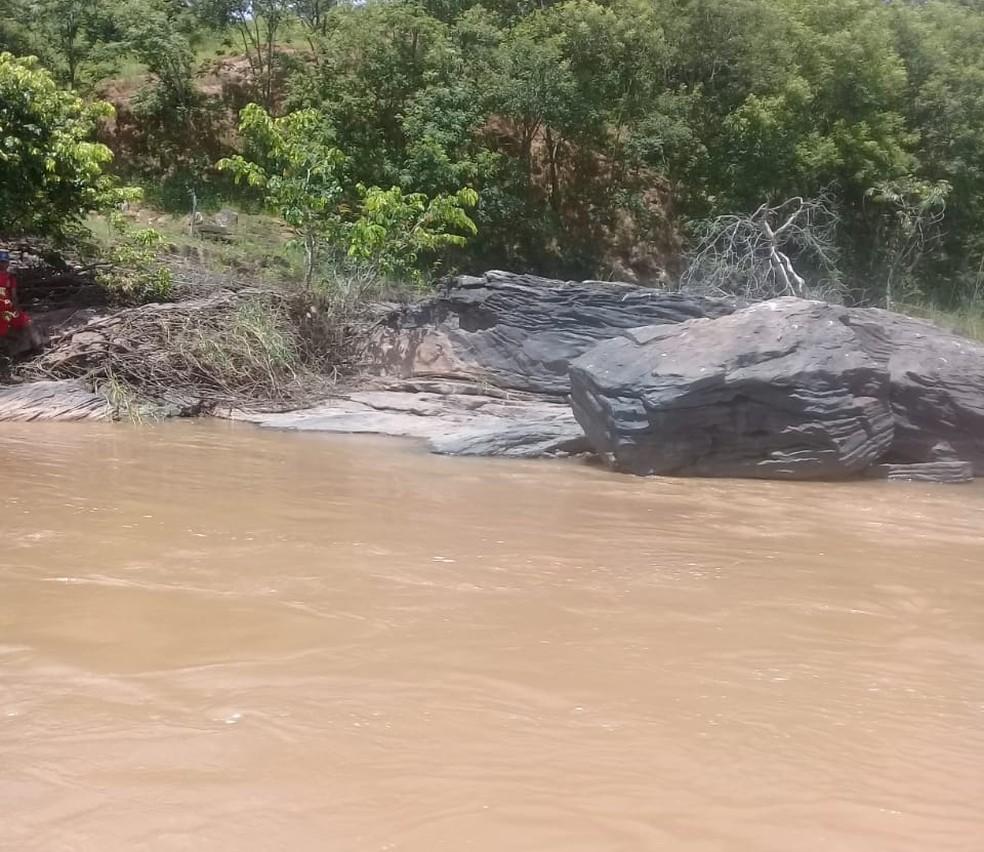 Corpo do homem estava próximo a pedras às margens do rio — Foto: Corpo de Bombeiros/Divulgação