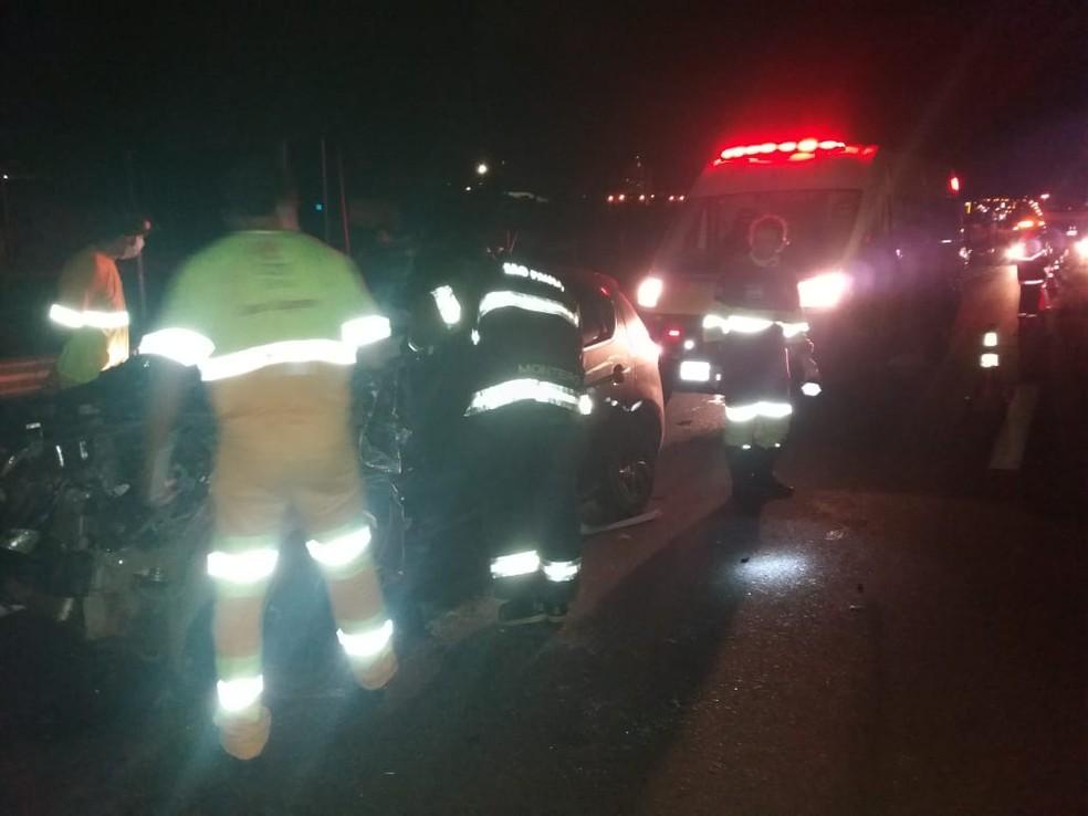 Vítima fica presa entre as ferragens e é resgatada pelo Corpo de Bombeiros de Avaré — Foto: Corpo de Bombeiros de Avaré/Divulgação