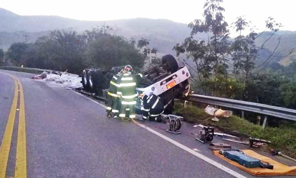 Caminhoneiro de 55 anos morre após capotar em curva na SP-52 em Cruzeiro, SP