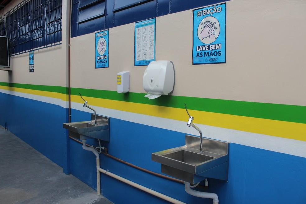 Pias e cartazes informativos também foram instalados ao longo de toda escola. — Foto: Matheus Castro/G1 AM