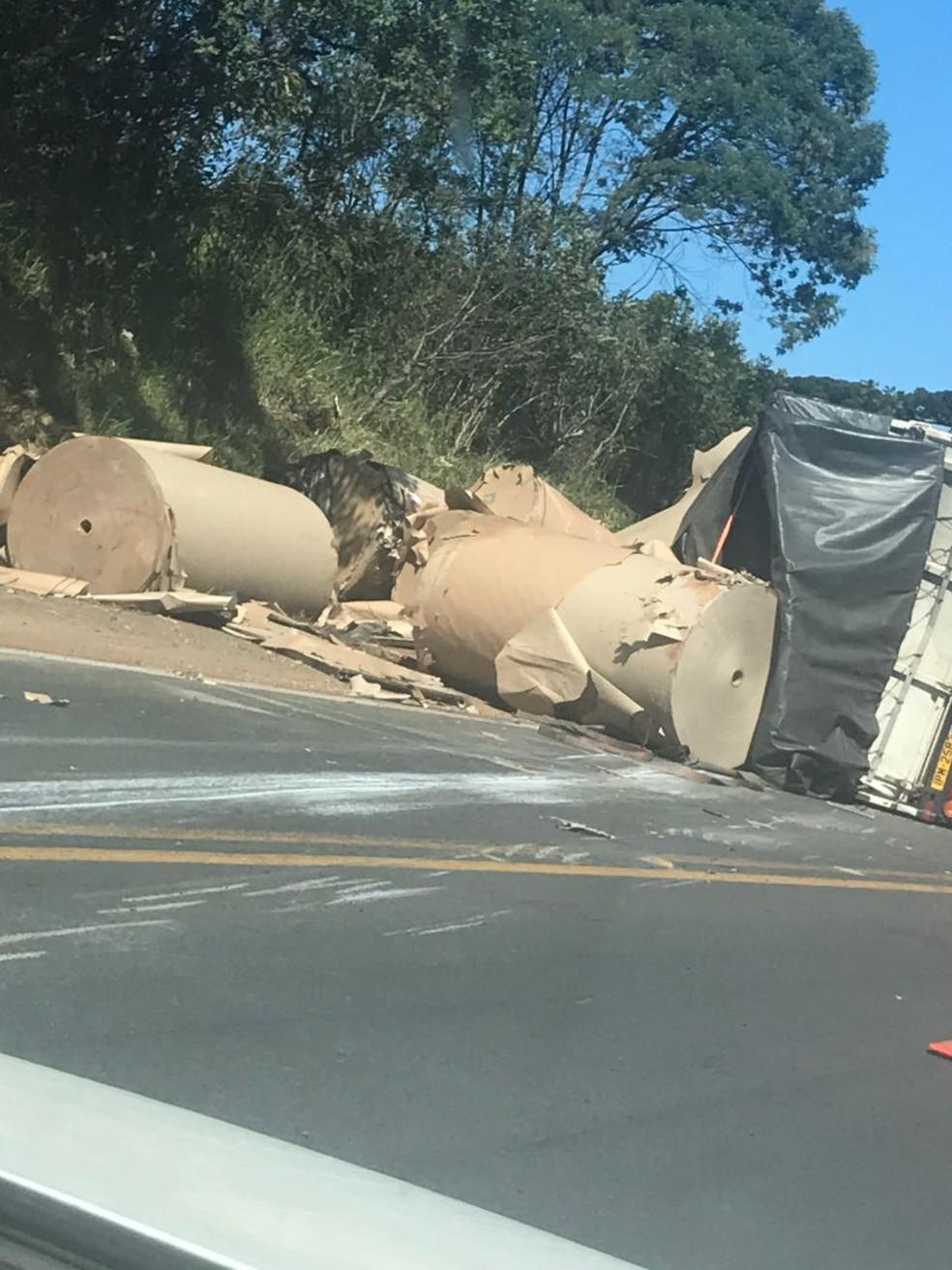 Caminhão estava carregado com bobinas de papel (Foto: Espião NSC Curitibanos)