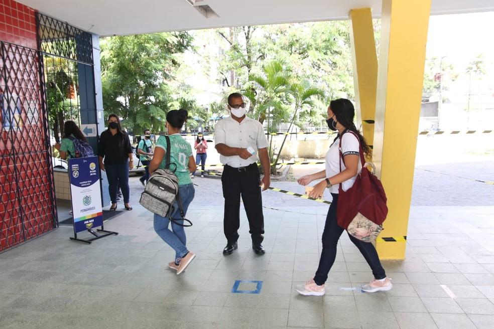 Estudantes chegando à Escola de Referência em Ensino Médio Sizenando Silveira, no Centro do Recif — Foto: Marlon Costa/Pernambuco Press