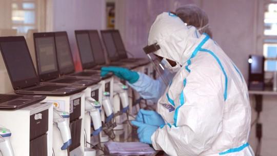 Ebola: repórter mostra com exclusividade teste do primeiro tratamento eficaz contra a doença