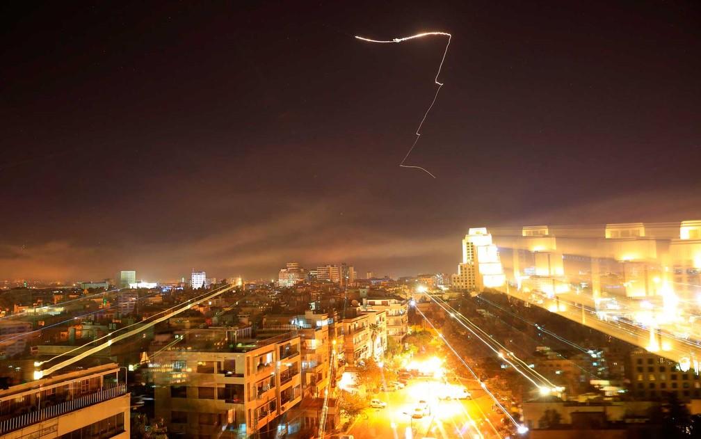 Imagem resposta antiaérea da síria contra ataque conjunto de EUA, Reino Unido e França (Foto: Hassan Ammar / AP Photo)