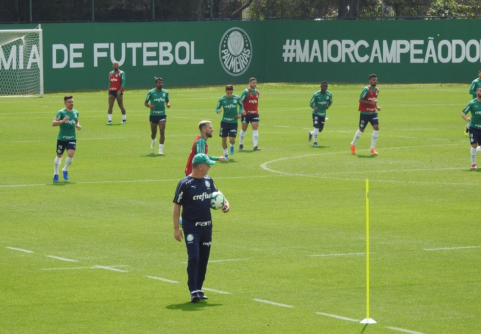 Mano Menezes observou a primeira parte do treino do Palmeiras — Foto: Felipe Zito