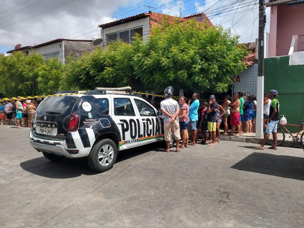 Vizinhos socorreram a filha da vítima após ela gritar por socorro dentro da casa em Fortaleza — Foto: Leábem Monteiro