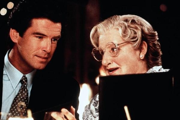 Pierce Brosnan e Robbin Williams em cena de Uma Babá Quase Perfeita (1993) (Foto: Reprodução)