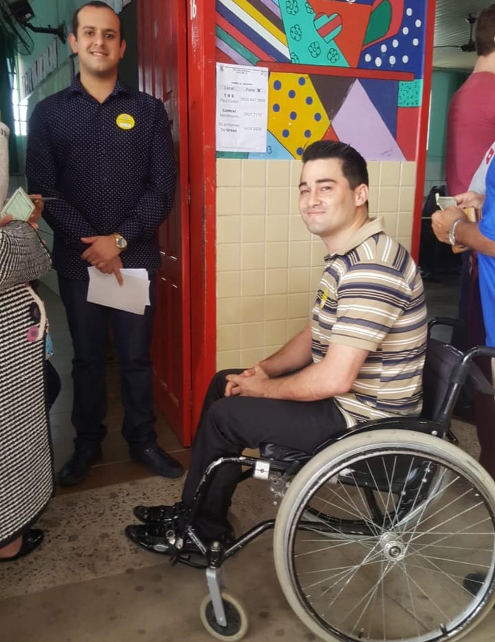 Leandro Marinho é secretário de seção eleitoral em Criciúma — Foto: Denise Medeiros/NSC TV