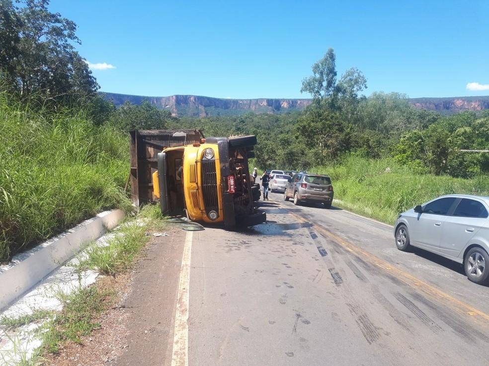 Caminhão carregado de gado tombou na MT-251 neste domingo em Chapada dos Guimarães (Foto: Cinthya Rocha/TV Centro América)