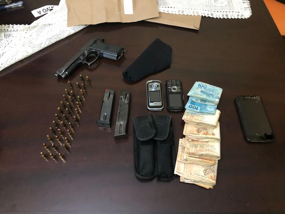 Polícia apreendeu arma, munição e dinheiro na casa do prefeito de Japeri (Foto: Reprodução/ Polícia Civil)