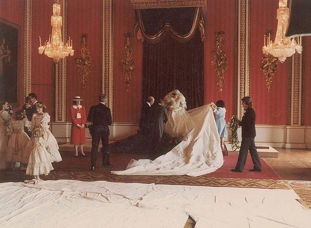 O icônico vestido de Lady Di possuia 7 metros de cauda (Foto: prevnext RR Auction/Splash News Online/ Reprodução)