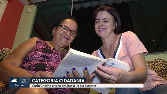 Professora Carla Cristina ensina adultos a ler e escrever
