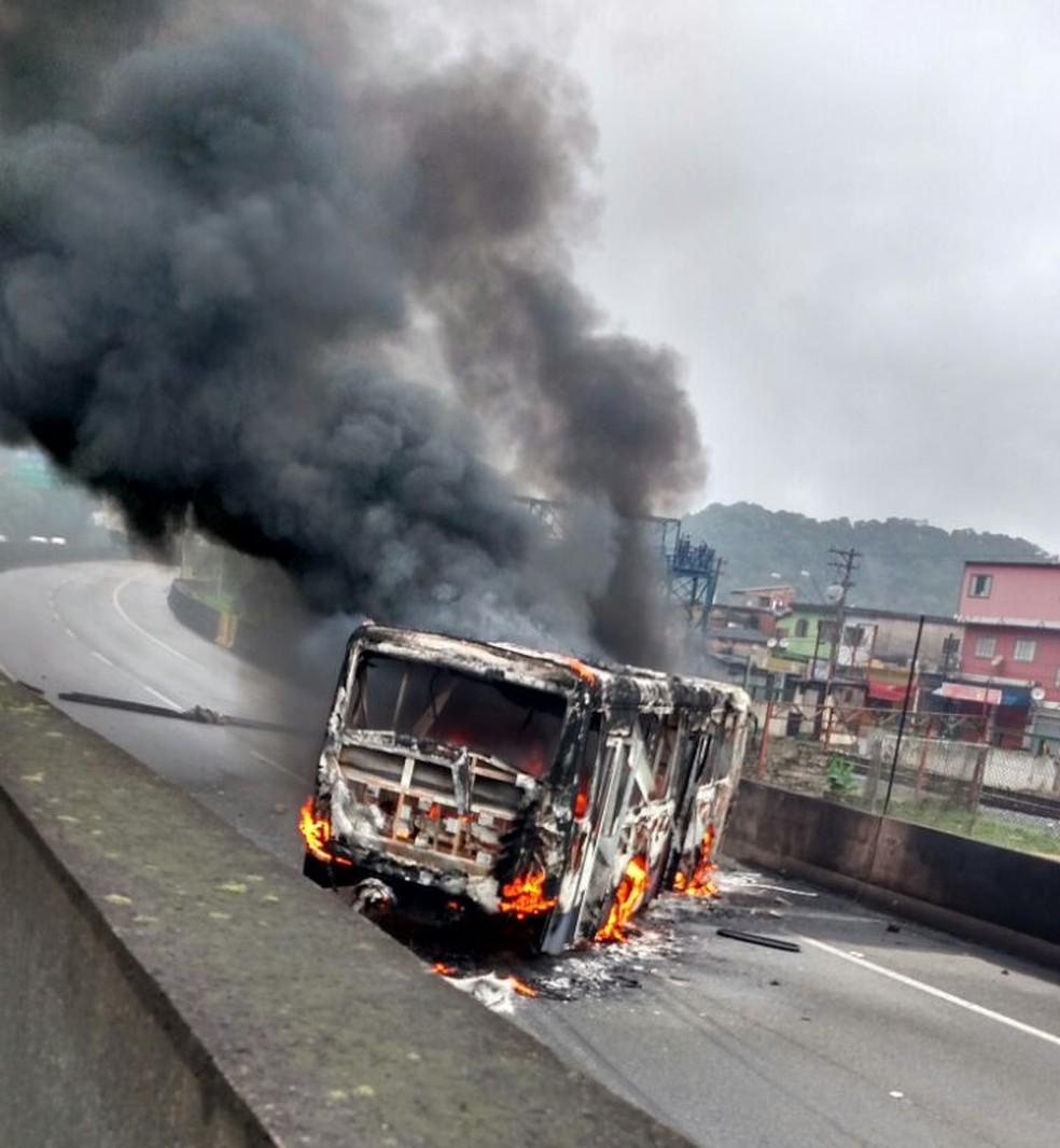 Ônibus foi incendiado na Vila Esperança, em Cubatão (Foto: G1 )