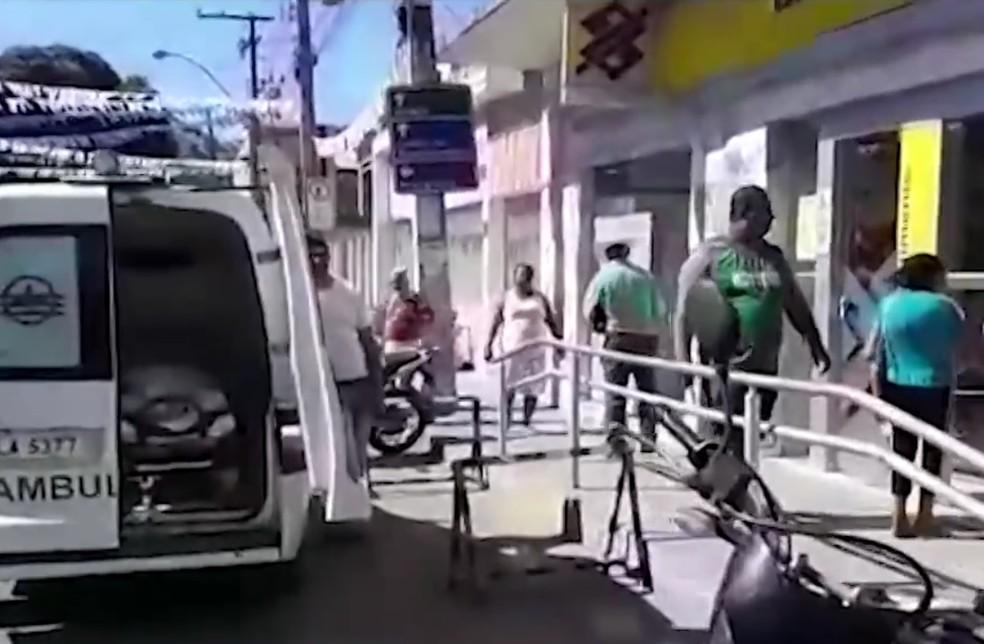 Idosa foi levada em ambulância para banco  — Foto: Reprodução/TV Santa Cruz