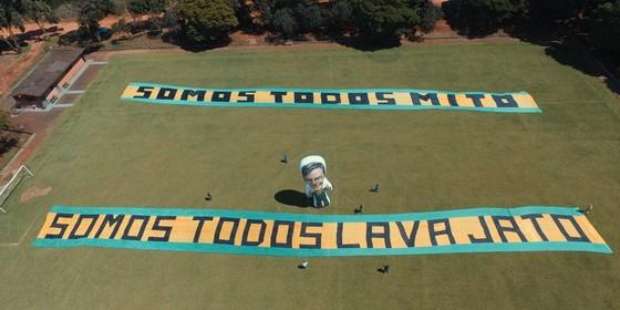 Apoiadores de Bolsonaro esticarão faixas de apoio ao presidenciável em frente ao Congresso (Foto: Reprodução)